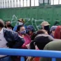 Continúa la desorganización y el malestar en los puntos de vacunación en Quito por falta de dosis contra la Covid-19